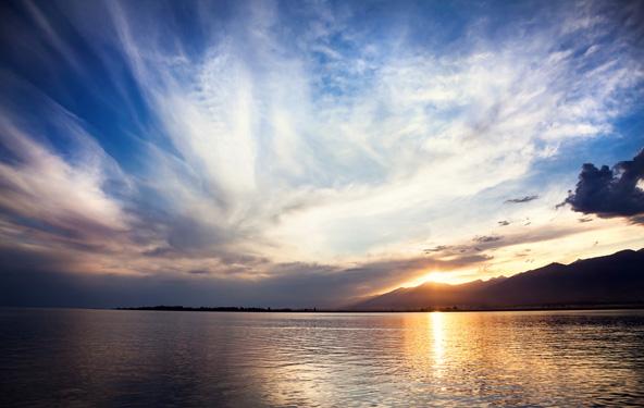 שקיעה באיסיק קול, האגם ההררי השני בגודלו בעולם
