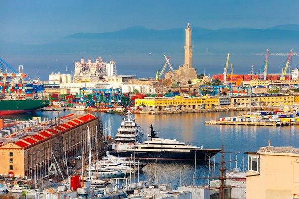 הנמל של גנואה עם המגדלור שהפך לאחד מסמלי העיר