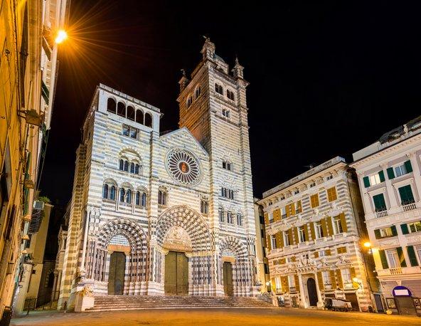 קתדרלת סן לורנצו. חזית מפוספסת מאבן ושיש
