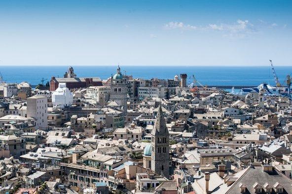 המרכז העתיק של העיר והנמל כפי שהם נשקפים מ-Spianata Castelletto