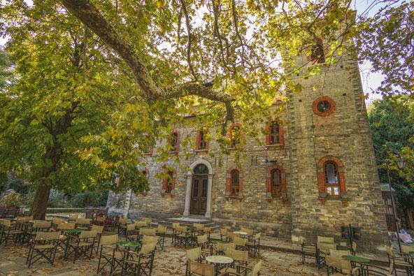 הכיכר הראשית של צאגאראדה, עם כנסייה עתיקה, טברנה ועצי דולב עתיקים