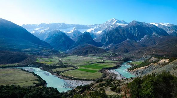 הנוף באלבניה נותר בתולי ולא מקולקל, עם פסגות סלעיות, מהרות ושדות מעובדים