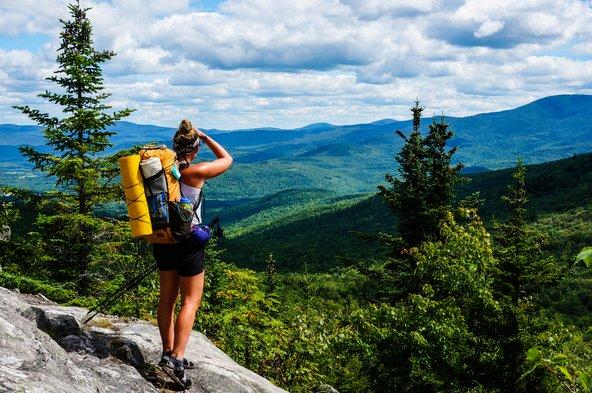 מטיילת משקיפה על הנוף בשביל האפלצ'ים | צילום: Andrew Repp / Shutterstock.com