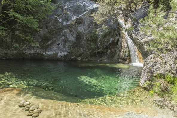 המפל והבריכה ליד אגיה קורי