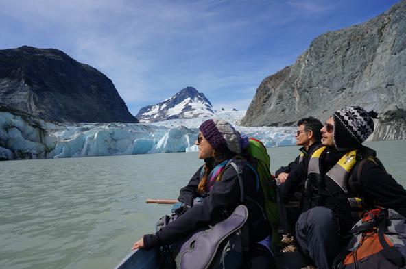 שייט באגם ג'יקובסון אל מול הקרחון הגולש אל המים