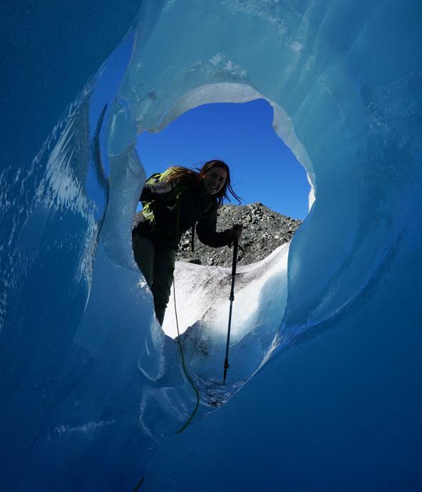 מערה בקרחון. מהר מאוד מבינים שזהו לא טרק סטנדרטי