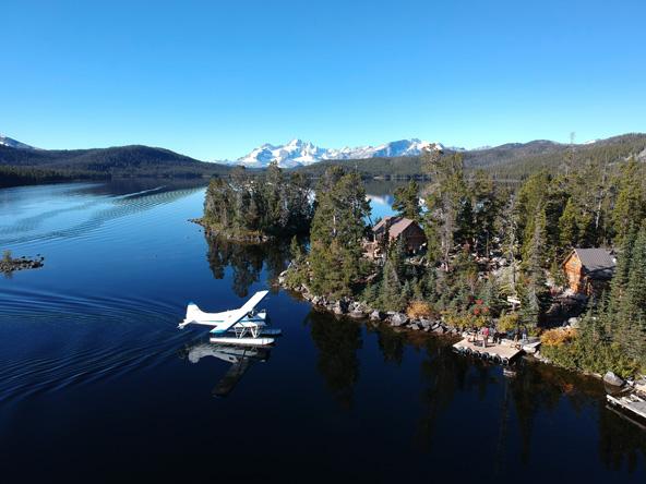 מטוס ים נוחת על האגם. זוהי הדרך היחידה להגיע לנוק טסלי