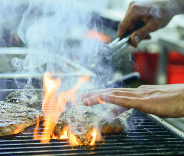 סטייקים נצלים על האש במסעדת כרמים