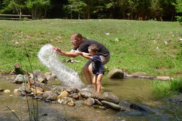 משתעשעים בנחל בהרי הקרפטים   צילום: נעם תדהר