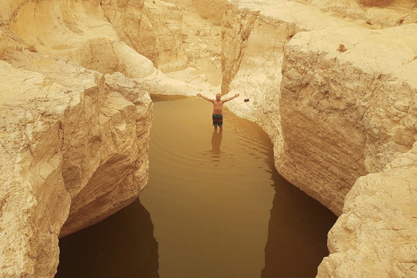 רחצה מרעננת באחד הגבים בנחל חצרה | צילום: דוד מזרחי