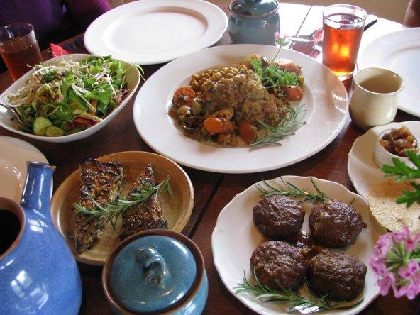 מגוון מנות צמחוניות המבוססות על תוצרת טריה במסעדת הרדוף