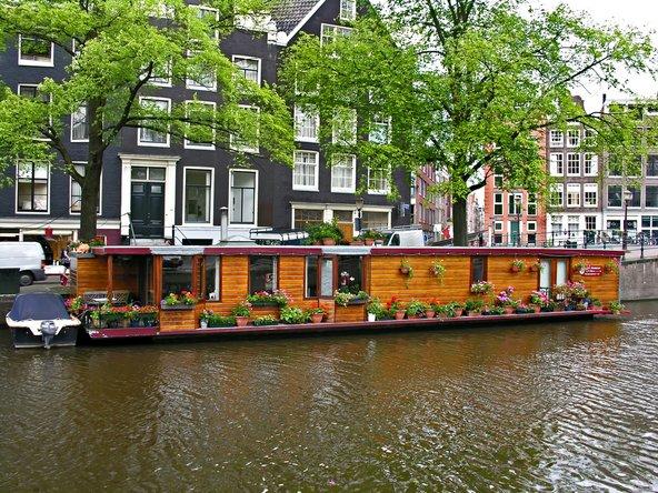 בתי סירה רבים בתעלות אמסטרדם הוסבו לאירוח תיירים