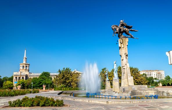 פסל של הגיבור הקירגיזי מאנאס בכיכר בבישקק, בירת של קירגיזסטן
