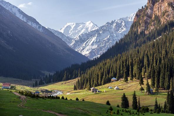 """רכס טיאן שאן, """"ההרים השמיימיים"""". 80% משטחה של קירגיזסטן מכוסים בהרים"""