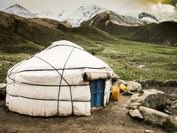 את היורט, אוהל הנוודים המסורתי, אפשר לראות גם בימינו באזורי ההרים