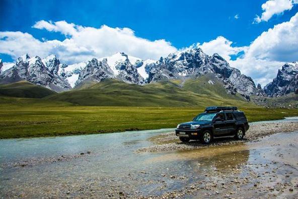 טיול ג'יפים בנופים המדהימים של קירגיזסטן יכול להתאים למשפחות חובבות הרפתקאות