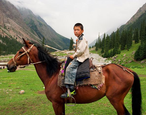 על גבו של סוס: מהרגע שבו ילד קירגיזי לומד ללכת, הוא בוגר מספיק כדי ללמוד לרכוב על סוס