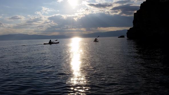 במהלך הטיול במקדוניה לא רק צופים באגמים, גם שטים בהם