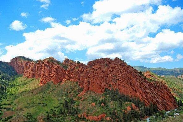 סלעים אדומים ייחודיים בשמורת ג'טי אוגוז בקירגיסטן