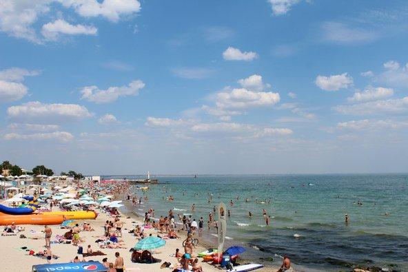 חוף הים השחור באודסה גדוש במתרחצים | צילום: Chantall / Shutterstock.com