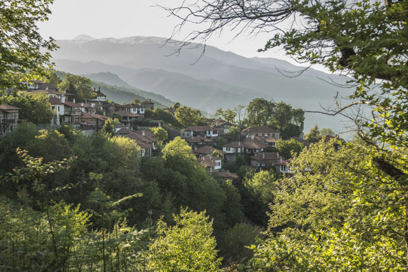 הכפר הציורי פנטלימון, שבתיו גולשים במדרון ירוק