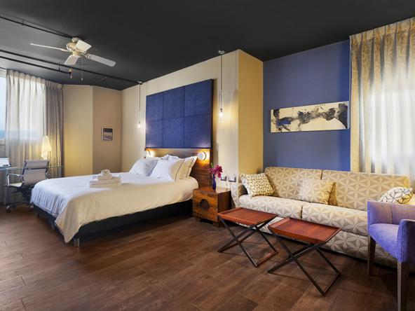 סוויטת ג'וניור. צבעי כחול וחום שולטים בחדר