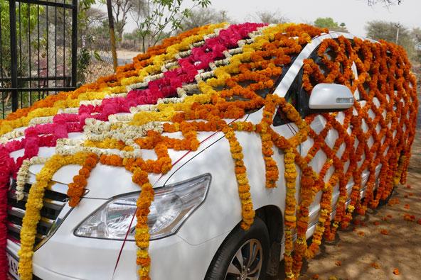 מכונית של חתן-כלה מעוטרת בפרחים