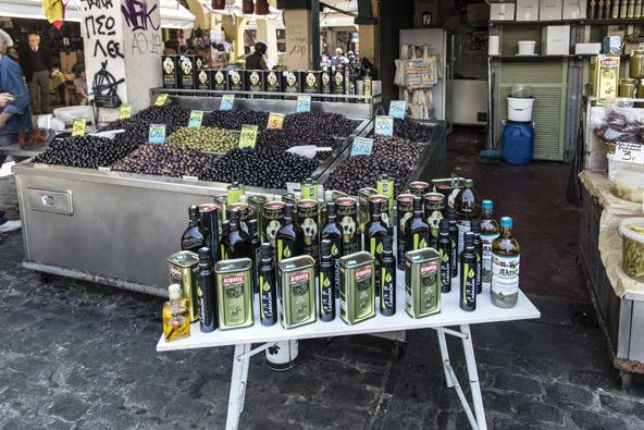 דוכן בשוק מודיאנו בסלוניקי. מקום מצוין להצטייד בגבינות ושמן זית, מזכרת טעימה מהטיול