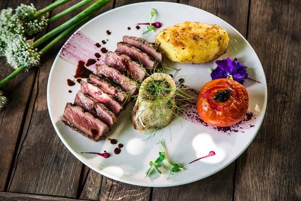 כל טוב בשסטל: סטייק אנטריקוט ומח עצם עם ירקות מהגינה