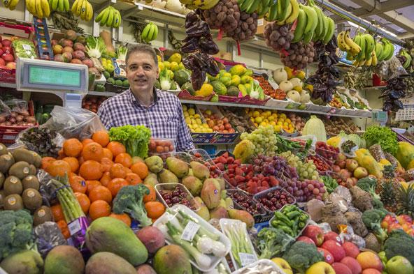 פירות מפתים בדוכן בשוק של בסן קריסטובל דה לה לגונה