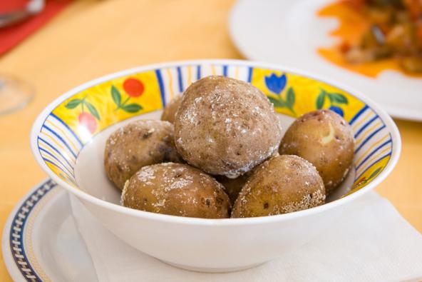 תפוחי אדמה קנריים, מנה מקומית שתמצאו במסעדות מסורתיות