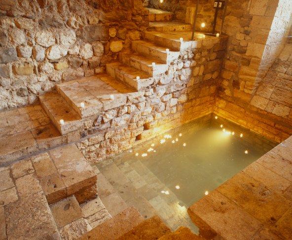 המקווה התת קרקעי בבסאלו   צילום: Joan Ureña-Ajuntament de Besalú_Patronat de Turisme Costa Brava Girona