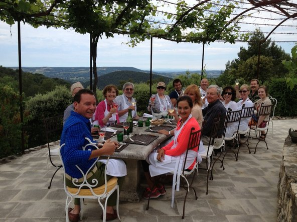 ארוחה חגיגית בבית החווה של פטרישיה וולס בפרובאנס