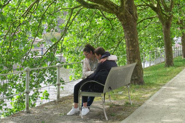 רגע רומנטי לצד הנהר החוצה את העיירה לה רוש אן ארדן, צילום: רותם בר כהן
