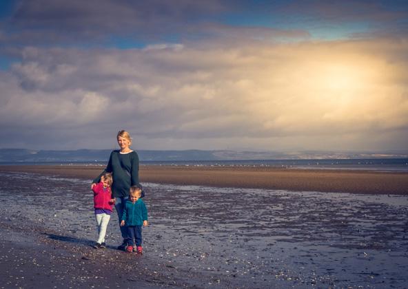 חוף פורטבלו באדינבורו. אם המים קרים מדי בעיניכם, תמיד אפשר לטייל לאורך החוף או לשבת מול הגלים
