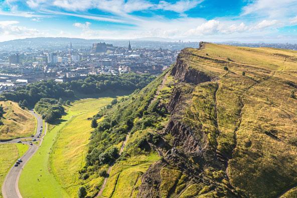 תצפית על מרכז אדינבורו והמצודה מארתור'ס סיט, הנקודה הגבוהה ביותר בעיר