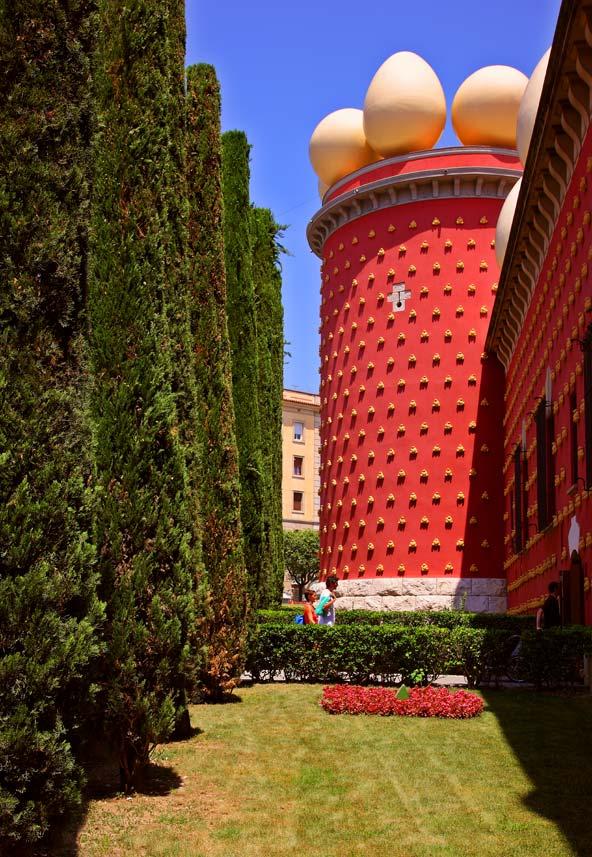 מוזיאון דאלי בפיגראס. מבנה לא שגרתי בעיצובו של דאלי