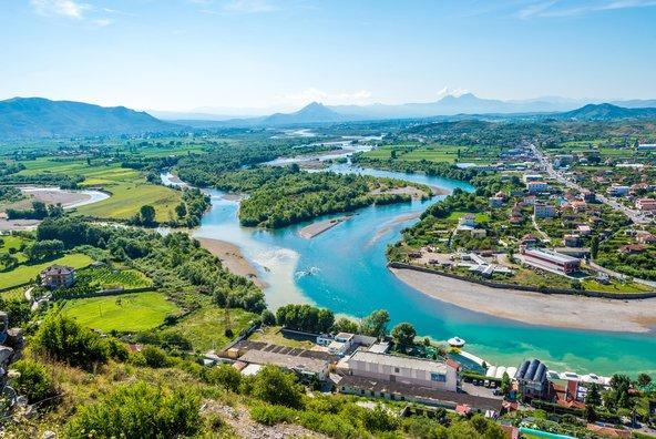 שקודרה נמצאת באזור עשיר במים, על גדות נהר ולצד נהרות