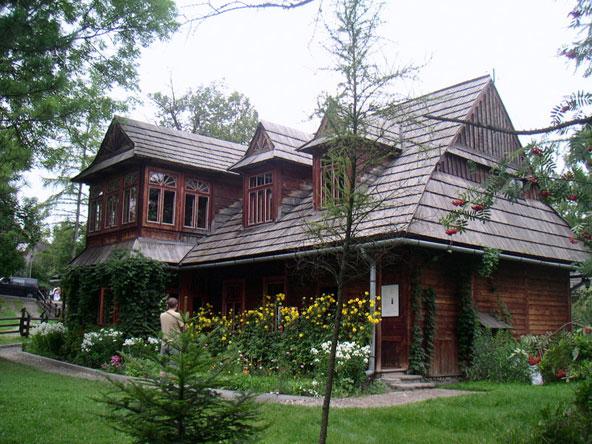 וילה בזקפונה. רבים מבתי העיירה בנויים מעץ, מה שמוסיף לחן שלה