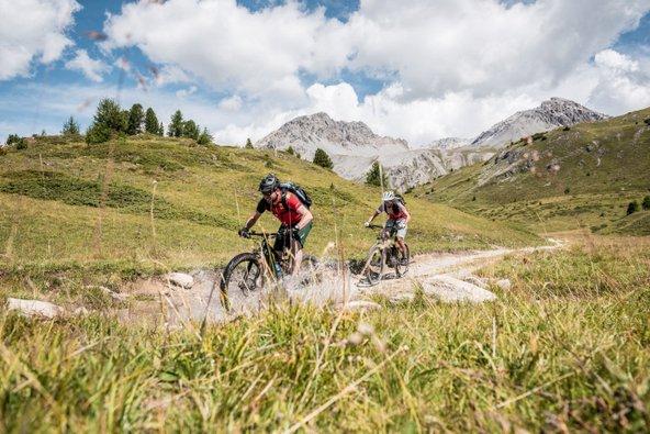 רכיבה על אופניים בנופים ההררים של שוויץ | צילום: Switzerland Tourism
