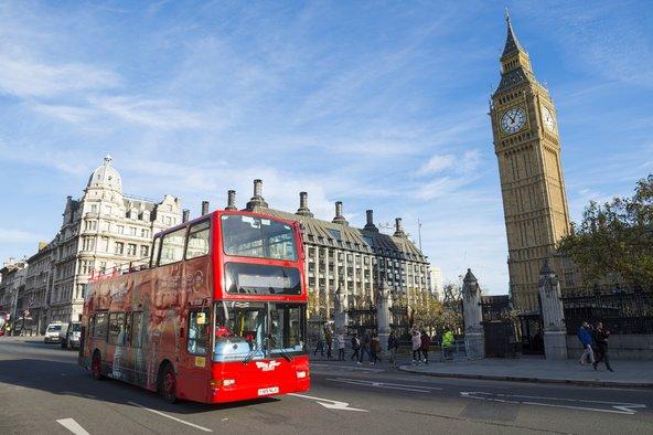 אוטובוס התיירים עובר באתרי התיירות הבולטים של העיר | צילום: lazyllama / Shutterstock.com
