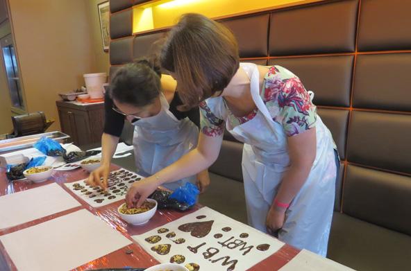 סדנת שוקולד אצל השוקלטייר אדוארד באשו. את היצירות האישיות אפשר להביא הביתה כמתנות מתוקות