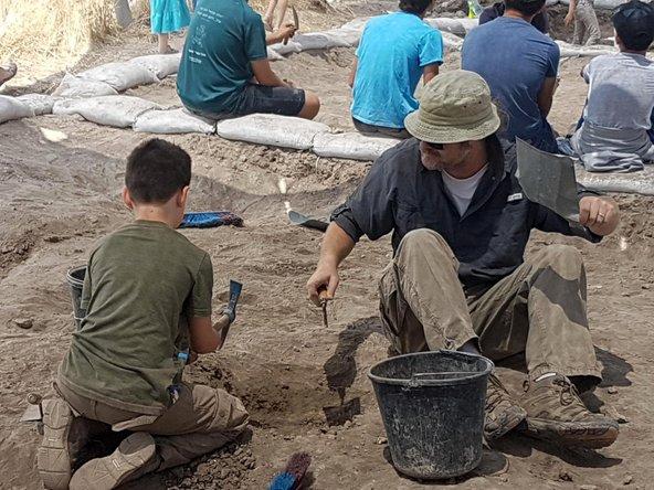 ילדים יכולים להשתתף במגוו משימות בחפירה הארכאולוגית, מניקוי חרסים ועד לעבודה עם טוריות | צילום: ורד בוסידן, רשות העתיקות