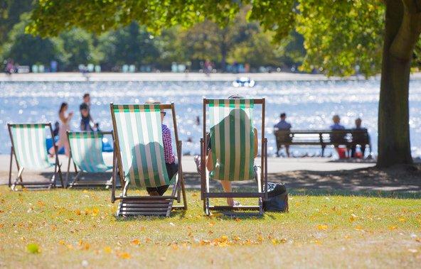 תופסים שמש מול האגם בהייד פארק | צילום: IR Stone / Shutterstock.com