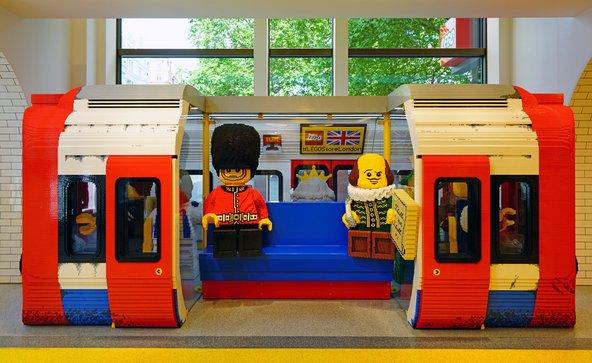 דגם של הרכבת התחתית של לונדון בנוי מלבני לגו זעירות בחנות לגו הגדולה בעולם | צילומים: EQRoy / Shutterstock.com