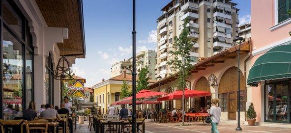 מסעדות בשוק של טירנה   צילום: Eduard Kaiku Shutterstock.com