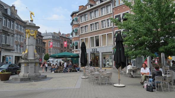 כיכר ברובע העתיק של נאמור. עיר יפה עם נהר, טירה והרבה בוטיקים ובתי קפה