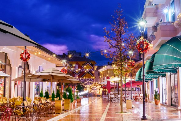 טירנה היא עיר נעימה ומזמינה גם בלילה | צילום: Alla Simacheva / Shutterstock.com