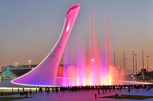 מופע מזרקות בפארק האולימפי, בכיכר בה ניצב הלפיד האולימפי