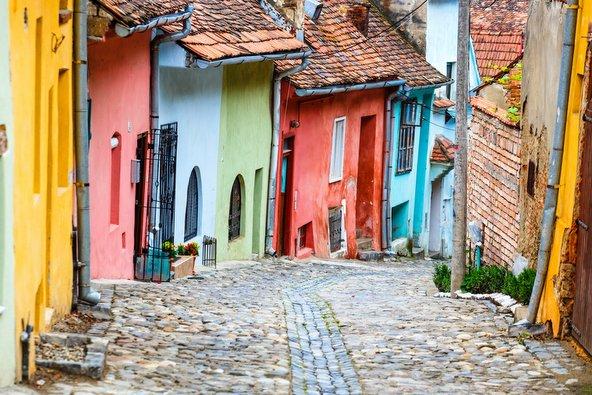 רחוב מרוצף אבן עם בתים צבעוניים בסיגישוארה